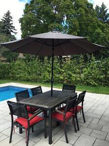 Table et 6 chaises de patio avec parasol