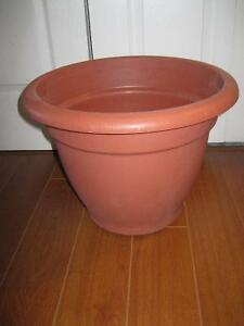 TERRA COTTA COLOURED HEAVY PLASTIC PLANTER (URN) INDOOR-OUTDOOR