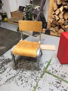 chaise antique (style école) pour enfant