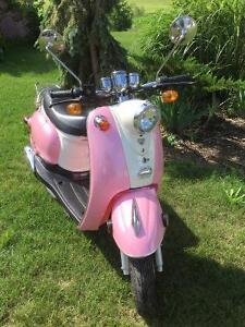 Scooter rose style rétro presque neuf, avec casques 50 cc