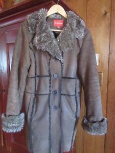 Lot manteau d'hiver, gants de cuir et foulard assorti