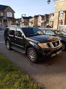 2012 Nissan Pathfinder LE Silver Edition, Immaculate SUV
