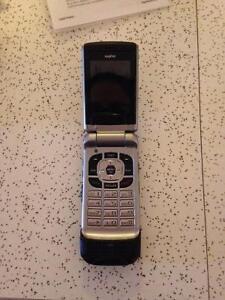 """Téléphone portable """"flip"""" de marque SANYO - TOUT ÉQUIPÉ!"""