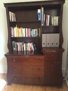 Lovely solid wood bookcase with drawers / bibliothèque en bois