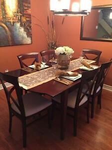 Beautiful dining table with six chairs - MINT CONDITION