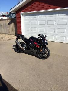 LOOKING TO TRADE - 2005 GSX-R 1000  *LOW KM*