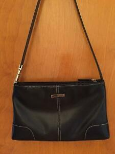 Authentic GUESS Leather purse- Excellent Condition