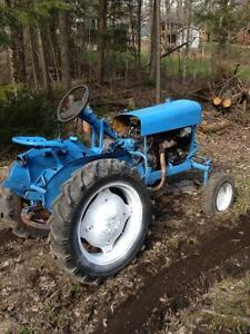 4 cylinder gas tractor runs and drives