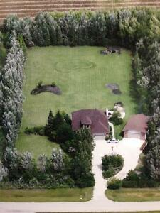 Beautiful 1,800 s/f Home On 2.42 Acres Just 10 Min To Winnipeg!