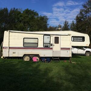 Fifth wheel camper and hitch