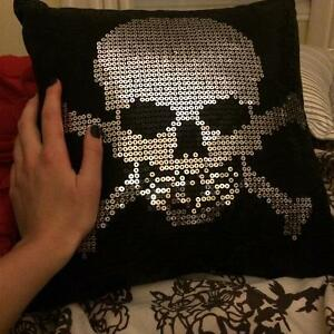 sequins skull head cushion - cousin à paillettes tête de mort