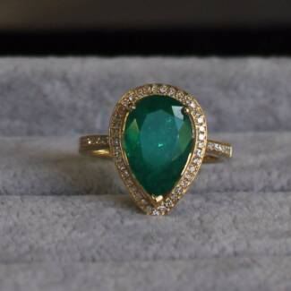 Colombian emerald  diamond ring with certificate authenticity.