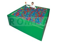 Free standing ball pool with balls