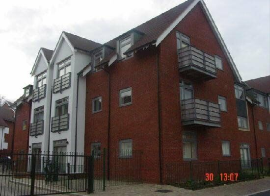2 BEDROOM APARTMENT-2 BATHROOMS-PART FURNISHED-AVAILABLE TO VIEW ASAP-PARKING INCLUDED-£695PCM