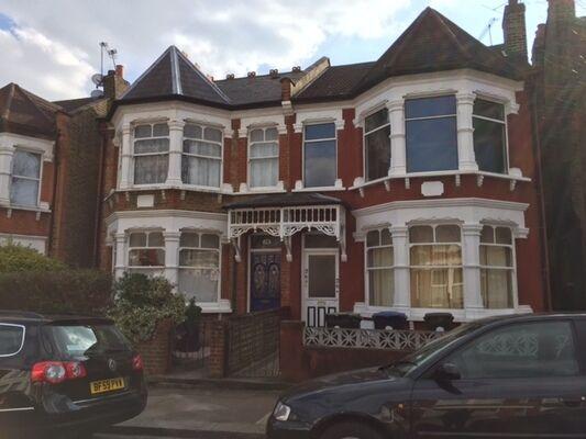 2 bedroom flat in Osborne Road, Palmers Green