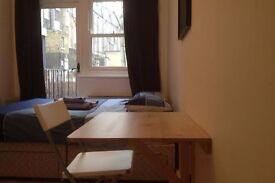 **need to move asap?* HUGE SINGLE ROOM AVAILABLE TO RENT 145PW 10MINS WALK TO CANARY WHARF STATION**