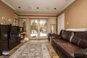 1200 sf LARGE & BRIGHT 3 bed Suite w/ HUGE Patio in Ambelside