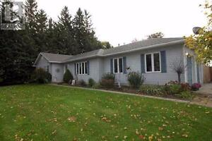 Hard to find! Country living in a modern 3-bdrm bungalow