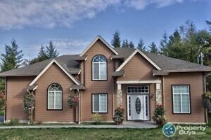 Stunning 3 bed/3 bath home close to town, beach & more!