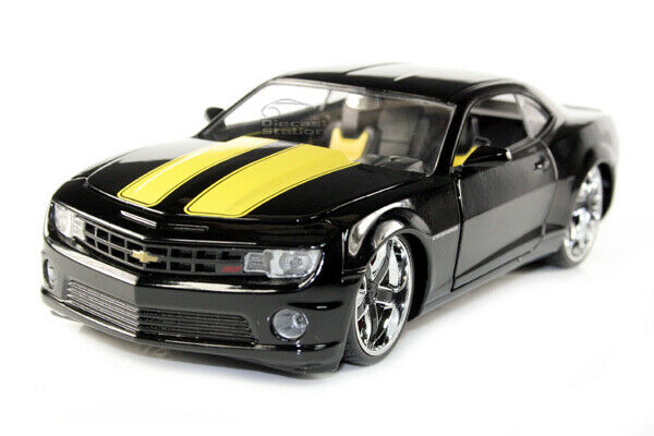Matte Black 2010 Chevy Camaro SS with Extra Wheels 1:24 Scale LoPro Series