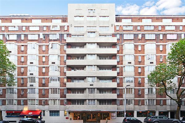 Brilliantly priced studio flat in the heart of Chelsea in a wonderful portered block