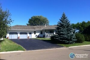 Drumheller - Immaculate Riverfront Bungalow - 2480sf, 3 bed!