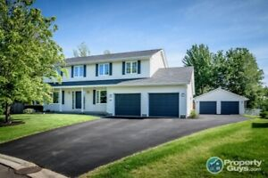 Executive 4 bdrm/3.5 bath centrally located on a quite crescent