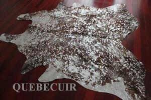 METALLIC SILVER COWHIDE RUG. TAPIS EN PEAU DE VACHE METALLIQUE