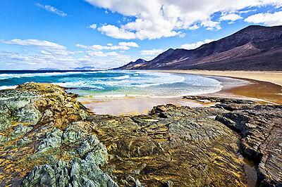 Die Vulkaninsel Fuerteventura bietet spektakuläre Felsformationen und flache Strände. (© Thinkstock über the Digitale)