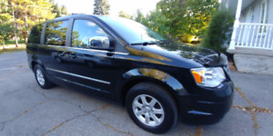 2010 Chrysler Town & Country Touring tres propre