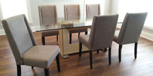 Dining Room Chairs/ Chaises de Salle a Manger
