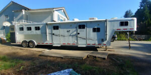 Horse trailer with living quarters