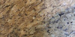 Comptoirs en granite avec lavabo et robinet