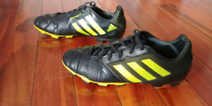 Boys Adidas  Soccer Cleats Shoes - size 6
