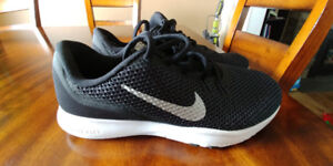 Brand new never worn women's size 6 Nike Shoes