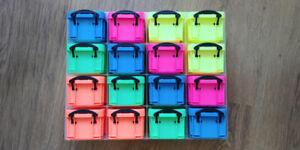 Petite étagère de petits coffrets fluos