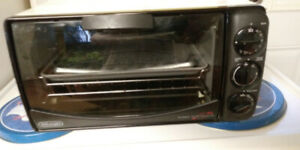 four Delonghi  model  AS 670 four grille pain et convection