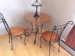 Table et chaises en bois et fer forgé + vitre protectrice