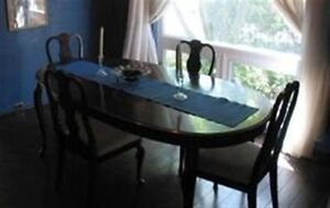 Beautiful Deilcraft dining table & 6 chairs