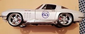 Maisto Chevrolet Corvette (1965) Custom Shop 1:18 Rare White/Blue Stripe Colour