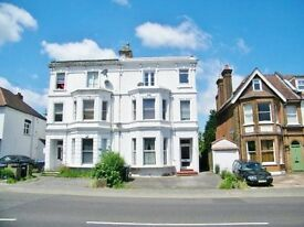 2 BEDROOM FLAT IN PLAMERS GREEN WITH LARGE PRIVATE ROOF TERRACE