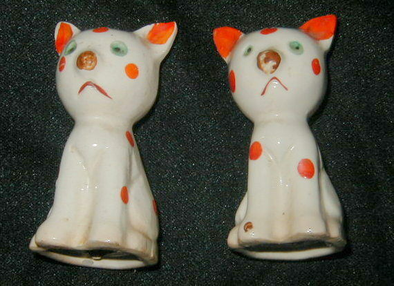 VINTAGE CERAMIC CAT FIGURAL SALT & PEPPER SHAKERS, POLKA DOT DECORATION!