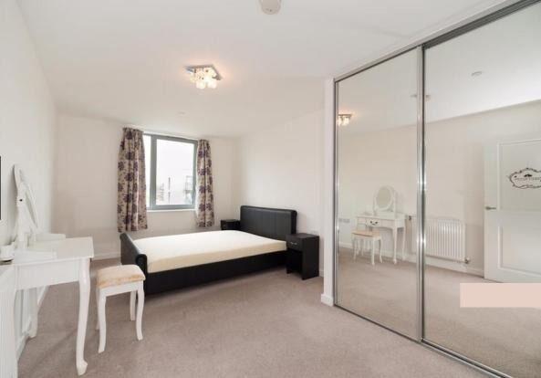 Lovely 2 Bed 2 Bath Apartment Available to Rent - E14 - Gym + Concierge + Car Park Space
