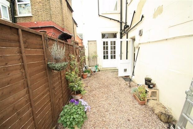 Stunning 2 bedroom flat with private balcony - 8 mins walk to Clapham Junction