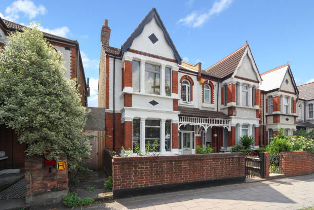 Large 5 bedroom house with 2 bathrooms. Housing Benefit accepted. 10mins Chiswick Tube / 5mins Train