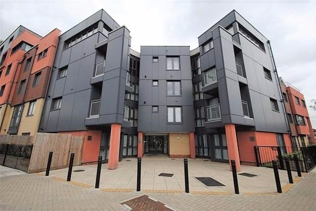 PROPERTY HUNTERS ARE PLEASED TO OFFER A MODERN FLAT IN GANTS HILL FOR £1100PCM WITH PRIVATE PARKING!