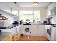 Modern clean 3 double bedroom Maisonette Flat. 10mins walk to Southfields Tube or Earlsfield Train