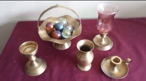 Petit chandelier, bougeoire, vase et urne en laiton