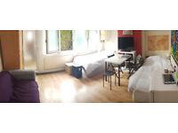 Zone 2: Room to Share/Habitación compartida