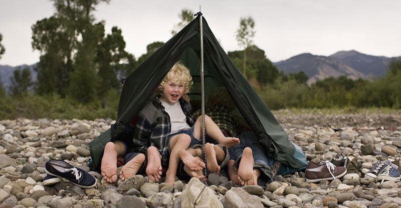 Lagerfeuer, Abenteuer und viel Platz zum Toben: Camping ist für Kinder ein Riesenspaß. (© Thinkstock über The Digitale)